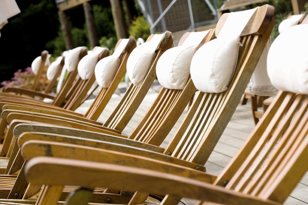 Bonded solid wood Deckchair with white pillows